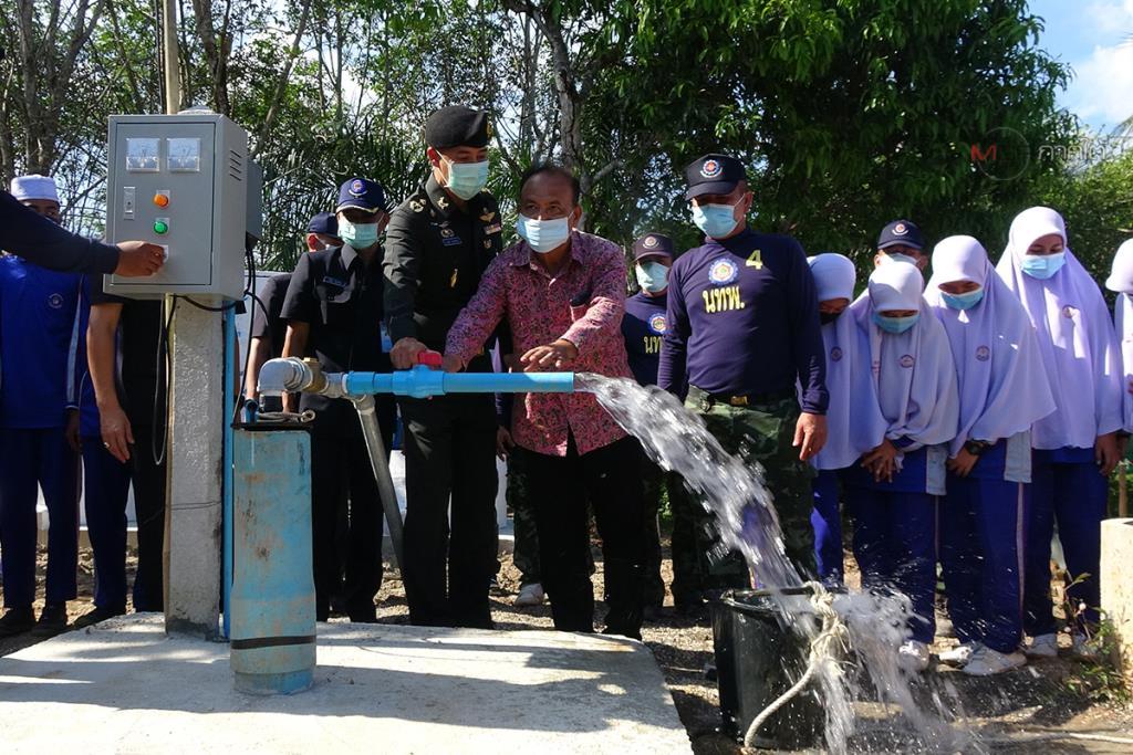 ครู-นักเรียนร่วม 300 ชีวิต และชาวบ้านที่สตูลเดือดร้อนขาดน้ำ ทหารช่วยขุดเจาะบ่อบาดาลบรรเทาทุกข์