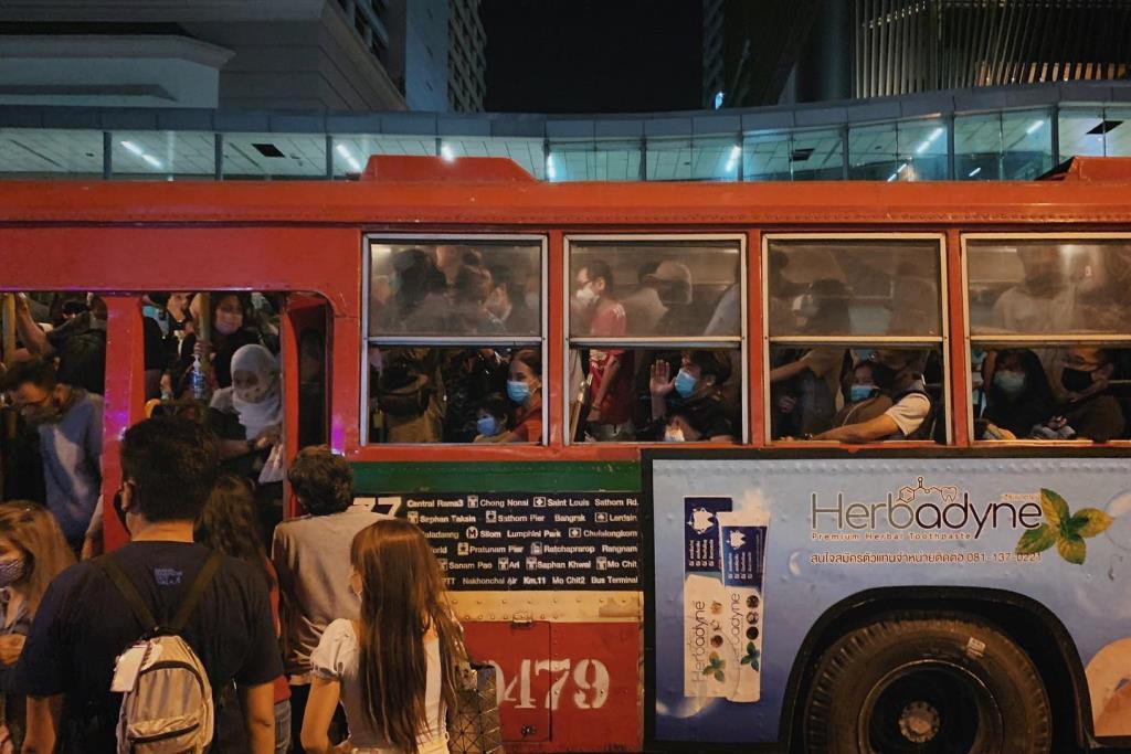 เผยภาพรถเมล์สาย 77 ที่มีผู้โดยสารแน่นขนัด เที่ยวตีหนึ่ง ในคืนเคานต์ดาวน์ ท่ามกลางการระบาดโควิด-19