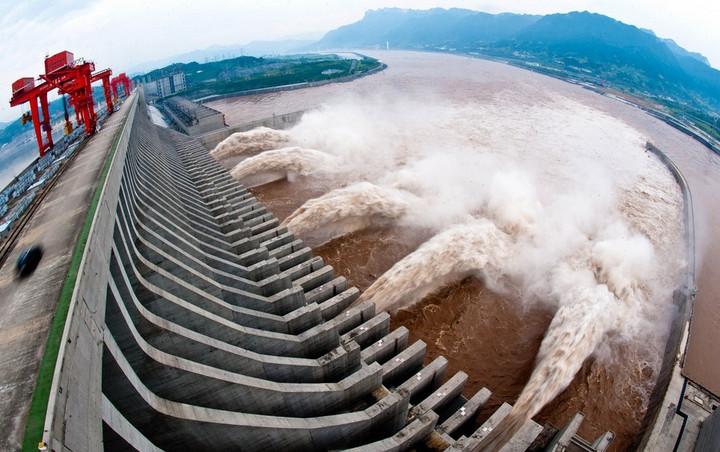 (แฟ้มภาพซินหัว : เขื่อนสามผาเปิดประตูระบายมวลน้ำในมณฑลหูเป่ยทางตอนกลางของจีน วันที่ 10 ก.ค. 2012)