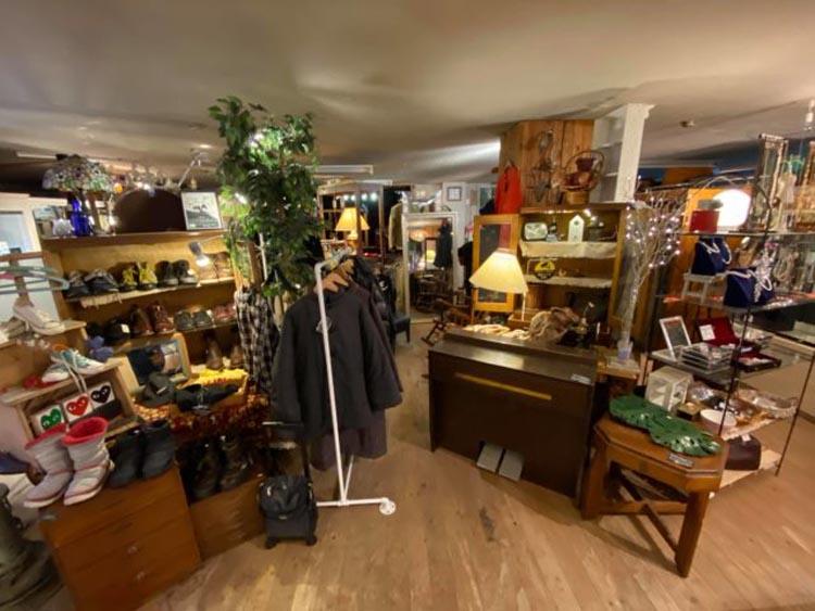 มุมเสื้อผ้าและสินค้าแฟชั่นในร้าน MONOCOCO