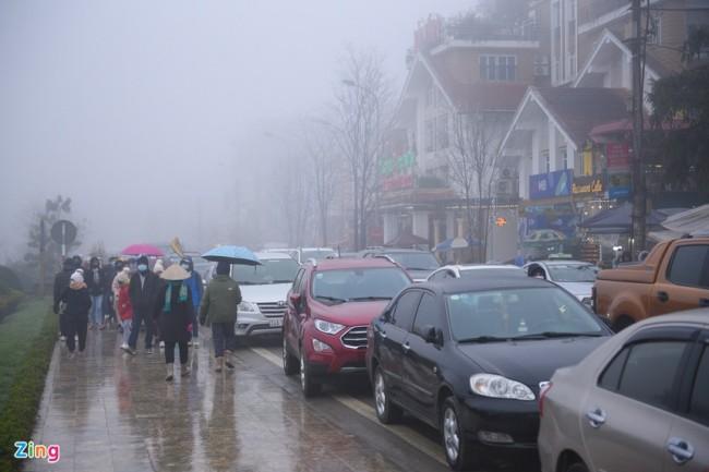 ชาวเวียดนามแห่ขึ้นเหนือเยือนเมืองซาปา สัมผัสลมหนาวลุ้นหิมะแรกของปี