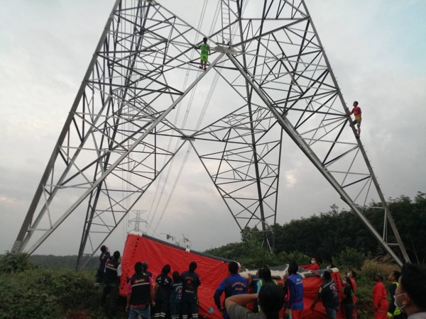 หนุ่มสุราฏร์น้อยใจแฟนสาวปีนขึ้นเสาไฟฟ้าแรงสูงหวังฆ่าตัวตายสุดท้ายยอมลงมาอง