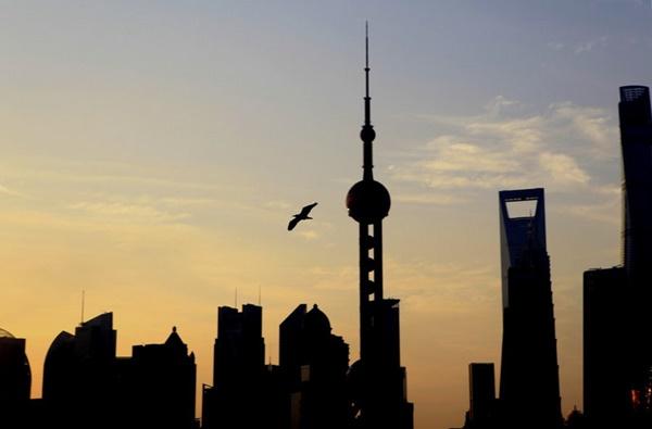 (แฟ้มภาพซินหัว : หมู่ตึกสูงยามอรุณรุ่งในนครเซี่ยงไฮ้ทางตะวันออกของจีน วันที่ 13 ก.ย. 2020)