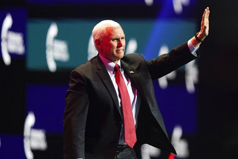 รองประธานาธิบดี ไมค์ เพนซ์ (ภาพจากแฟ้มถ่ายเมื่อ 22 ธ.ค. 2020) จะเป็นประธานการประชุมรัฐสภาวันพุธ (6 ม.ค.) เพื่อรับรองผลการเลือกตั้งประธานาธิบดีของคณะผู้เลือกตั้ง  และ โดนัลด์ ทรัมป์ กำลังพยายามกดดันให้เพนซ์เดินหน้าหาทางล้มล้างชัยชนะของ โจ ไบเดน