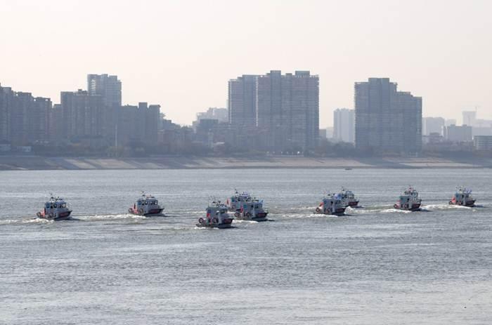 กองเรือของหน่วยงานบังคับใช้กฎหมายล่องตามแม่น้ำแยงซี ช่วงนครอู่ฮั่น เมืองเอกของมณฑลหูเป่ยทางตอนกลางของจีน ภาพวันที่ 31 ธ.ค. 2020-แฟ้มภาพซินหัว