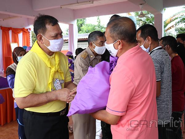 มูลนิธิอาสาเพื่อนพึ่ง (ภาฯ) ยามยากมอบถุงยังชีพพระราชทานให้ชาวนราฯ ที่ประสบภัยน้ำท่วม