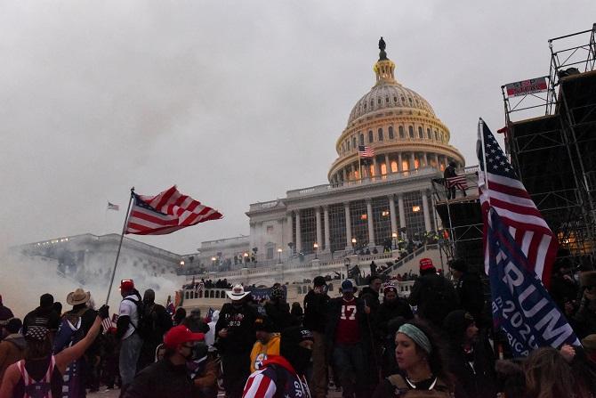 ภาพ กลุ่มผู้สนับสนุนประธานาธิบดี โดนัลด์ ทรัมป์ บุกสภาสหรัฐฯ จากแฟ้ม