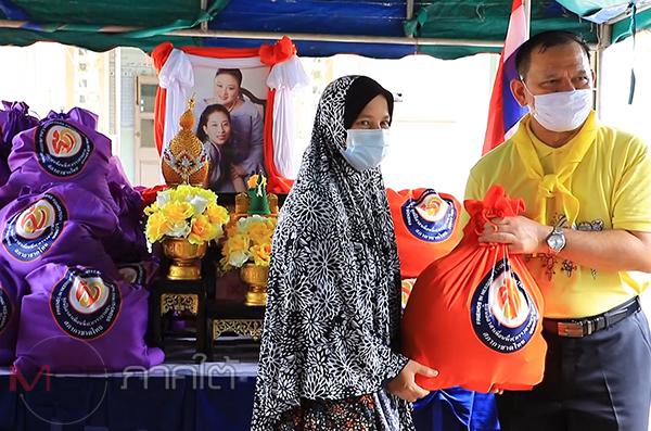 มูลนิธิอาสาเพื่อนพึ่ง (ภาฯ) ยามยากมอบถุงยังชีพพระราชทานแก่ชาวยะลาที่ถูกน้ำท่วม