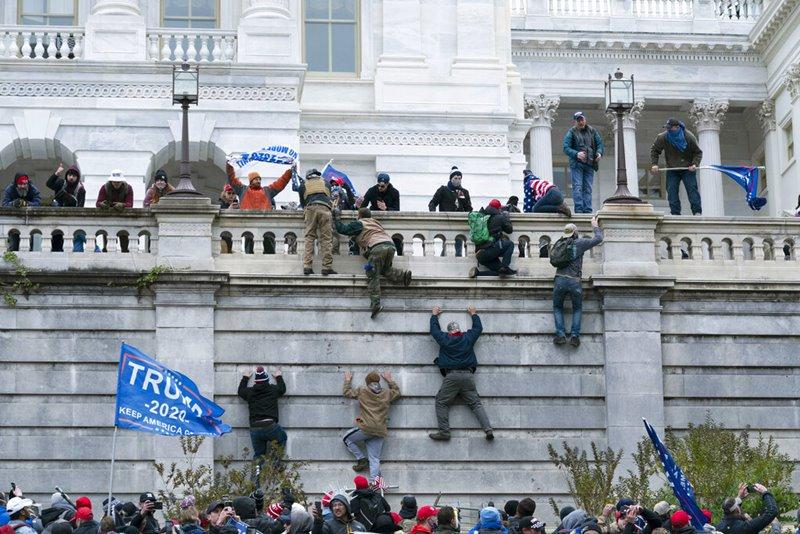พวกผู้สนับสนุนทรัมป์ ปีนกำแพงเพื่อบุกเข้าไปภายในอาคารรัฐสภาสหรัฐฯ เมื่อวันพุธ (6 ม.ค.)