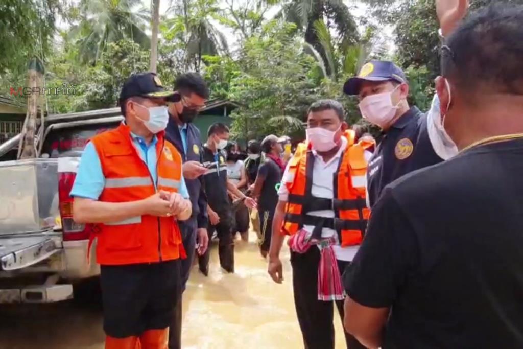 """""""นิพนธ์"""" รมช.มหาดไทย ลงพื้นที่ติดตามการค้นหาชาวบ้านที่ถูกน้ำซัดสูญหายที่เทพา"""