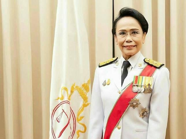 """ปธ.ศาลฎีกา มอบหนังสือ E-Book """"เด็กไทยยุคใหม่ก้าวไปกับศาลยุติธรรม""""ในโอกาสวันเด็ก"""