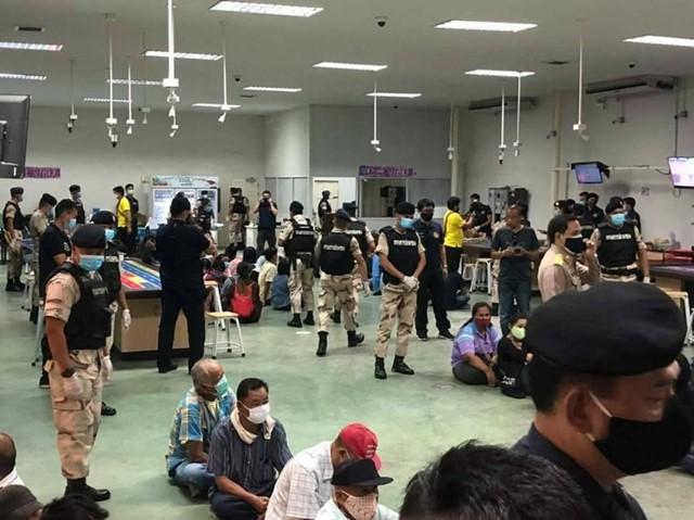 """เจ้าหน้าที่ศูนย์ปฏิบัติการพิเศษ สนธิกำลังร่วมกับ ชุดปฏิบัติการพิเศษกรมการปกครอง (ชปพ.ปค.) บุกทลาย """"บ่อน RJ"""" ของ """"หลงจู๊สมชาย"""" วันที่ 10 มิ.ย. 2563"""