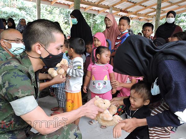 ฉก.นย 33 แจกของขวัญวันเด็กสร้างรอยยิ้มให้เด็กและผู้ปกครองในพื้นที่เกิดน้ำท่วมหนัก