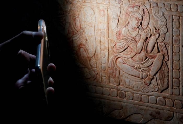 ภาพแกะสลักตามลัทธิความเชื่อจากเปอร์เชียผสมกับพุทธศิลป์ที่เตียงหินอ่อนในสุสานโบราณของคู่สามี-ภรรยายุคราชวงศ์สุยเมื่อกว่า 1,400 ปีที่แล้ว ในเมืองอันหยาง มณฑลเหอหนาน (แฟ้มภาพซินหัว)