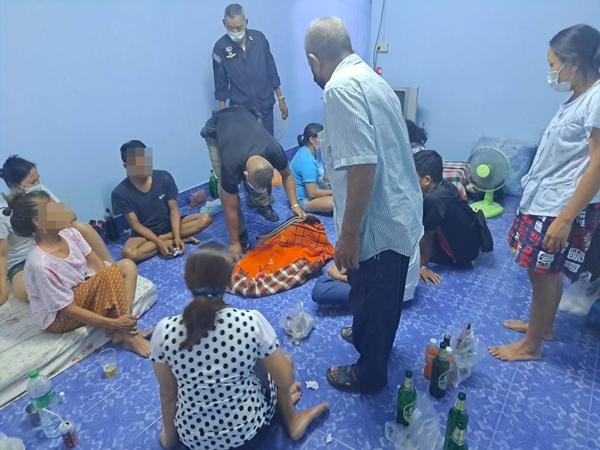ตำรวจ สภ.ศรีราชา รวบ 9 นักพนัน ตั้งวงเล่นป๊อกเด้ง ฝ่าฝืน พรบ โรคติดต่อ