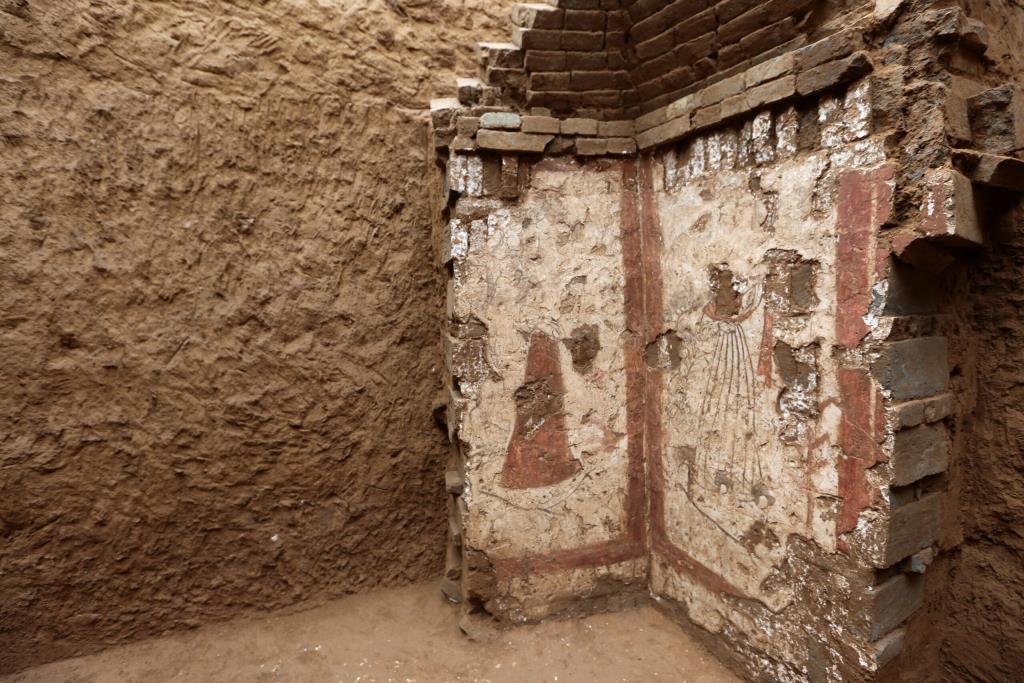 """จีนพบ """"จิตรกรรมฝาผนังหลุมศพโบราณ"""" อายุกว่า 2,000 ปี"""