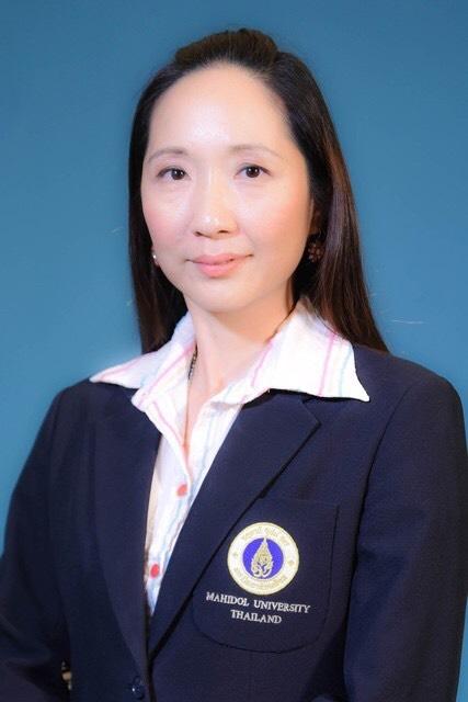 ้ช่วยศาสตราจารย์ ดร. เภสัชกรหญิงอัญชลี จินตพัฒนากิจ อาจารย์ผู้อำนวยการสอนวิชาปฏิบัติการเภสัชการ 3 ของนักศึกษาชั้นปีที่ 3 คณะเภสัชศาสตร์ มหาวิทยาลัยมหิดล