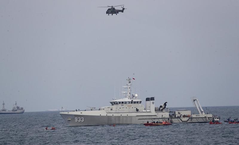 นอกจากเรือของกองทัพเรืออินโดนีเซียแล้ว ยังมีเฮลิคอปเตอร์ทหารมาช่วย