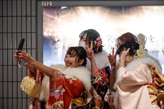 """หนุ่มสาวญี่ปุ่นฉลองบรรลุนิติภาวะ """"รุ่นโควิด"""" (ชมภาพชุด)"""