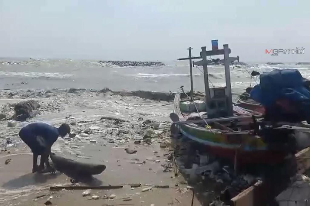 คลื่นลมรุนแรงถล่มชายฝั่งหาดหัวไทร ประมงขนาดเล็กต้องหยุดออกทะเลชั่วคราว