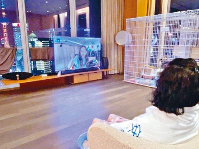 ...บรรยากาศในห้องนั่งเล่นหน้าต่างกระจกสูงจากพื้นจดเพดาน เห็นวิวเส้นขอบฟ้ากว้างไกล เหนือเดอะบันด์ และหอไข่มุกตะวันออก (Oriental Pearl TV Tower) แลนด์มาร์กของนครเซี่ยงไฮ้