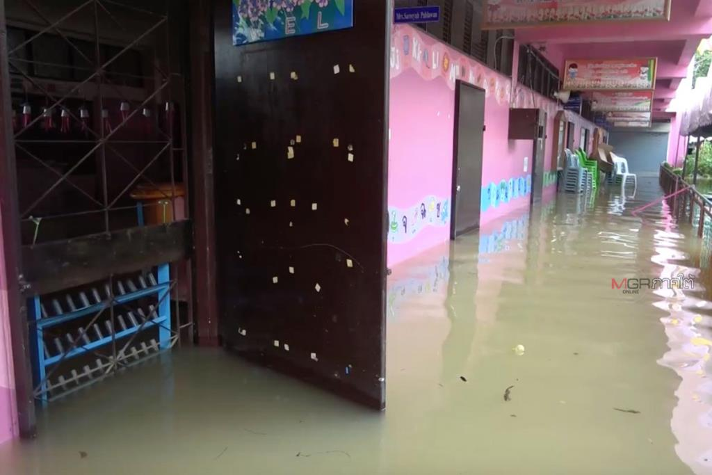 ปัตตานีน้ำท่วมสูงโรงเรียนปิดหลายแห่ง ขณะที่ระดับน้ำลดลงเล็กน้อย-ในตัวเมืองเริ่มดีขึ้น