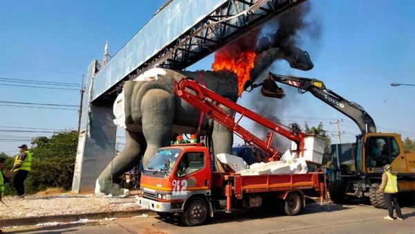 เหตุการณ์ไฟไหม้หุ่นไดโนเสาร์ บริเวณประตูเมืองด้านทิศตะวันออก ขณะกำลังรื้อถอนนำไปซ่อมแซม