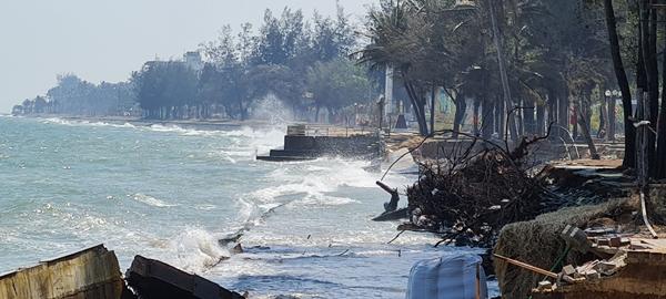 คลื่นซัด ชายหาดปากน้ำปราณหาย แนวเขื่อนพังราบ แต่ยังไร้การแก้ปัญหาจากภาครัฐที่ชัดเจน