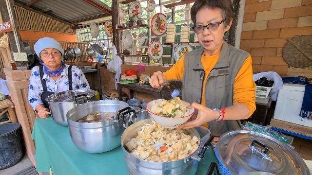 ร้านอาหารสายบุญลำปางเปลี่ยนเมนู ทำแกงถุงมังสวิรัตต้านโควิด ราคาถูก-คนพิการเดือดร้อนกินฟรี