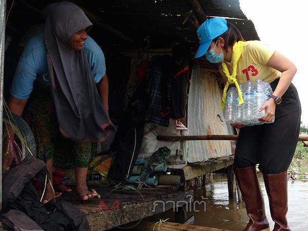 ชมรมแม่บ้านสอบสวนกลางมอบสิ่งของอุปโภคบริโภคช่วยชาวปัตตานีรับมือน้ำท่วม