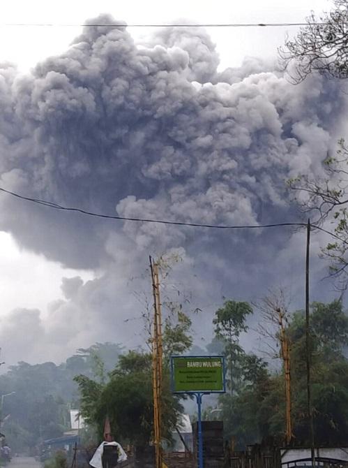 ภาพสุดสะพรึง!ภูเขาไฟปะทุในอินโดฯ พุ่งเถ้าถ่านดำทะมึนสูงเสียดฟ้า(ชมคลิป)
