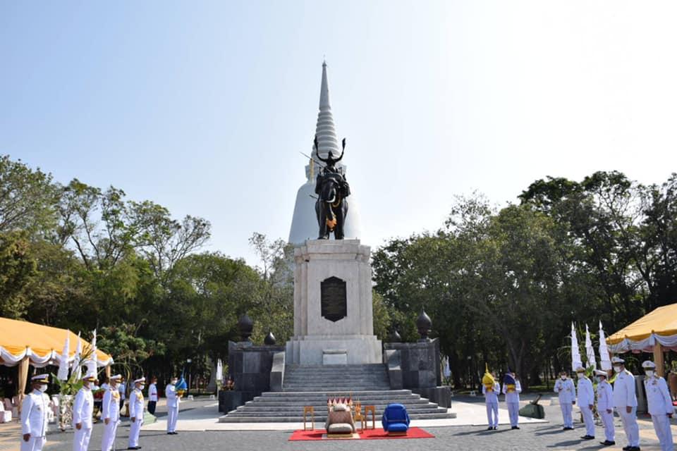 ในหลวง โปรดเกล้าฯ องคมนตรีถวายราชสักการะสมเด็จพระนเรศวรมหาราช  เนื่องในวันกองทัพไทย