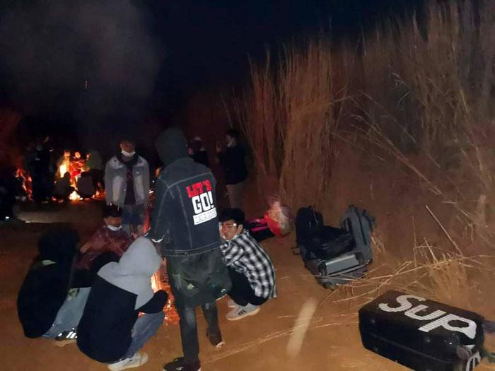 สภาพคนงานที่ถูกนำไปปล่อยไว้กลางไร่ข้าวโพด เมื่อถูกพบใหม่ๆ ตอนเช้าตรู่วันที่ 15 มกราคม