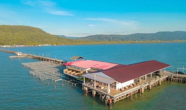 นักธุรกิจหัวใสดัดแปลงท่าเรือประมงเก่าใน จ.ตราด เปิดร้านกาแฟ- ห้องพักสุดชิลกลางทะเล