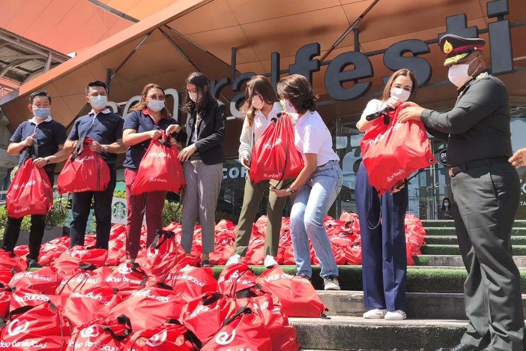 แม่ทัพ 4 รับมอบถุงยังชีพ 1 พันชุดจากกลุ่มเซ็นทรัล นำไปแจกจ่ายช่วยเหลือผู้ประสบอุทกภัย