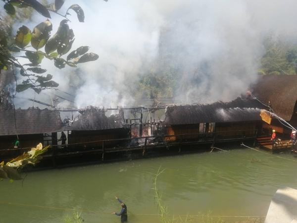 ระทึก!! ไฟโหมกระหน่ำลุกไหม้แพพัก ชื่อดัง กลางแม่น้ำแควน้อย