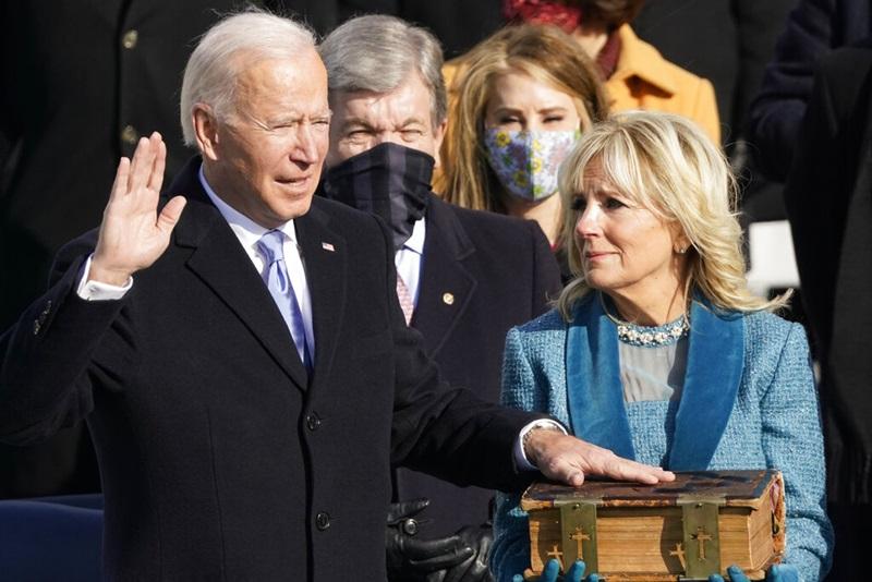 """'ไบเดน'สาบานตัวรับตำแหน่งประธานาธิบดีสหรัฐฯ  บอกปท.ชาติที่แตกแยกหนักว่า """"ประชาธิปไตยคือผู้มีชัย"""""""