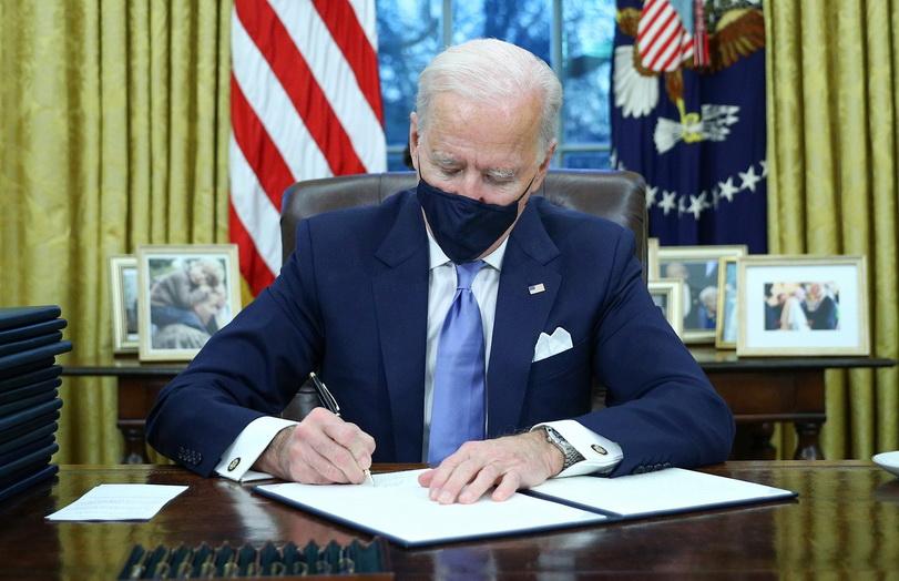 ประธานาธิบดี โจ ไบเดน ลงนามคำสั่งบริหารที่ห้องทำงานรูปไข่ในทำเนียบขาว ภายหลังสาบานตนรับตำแหน่งประธานาธิบดีคนที่ 46 ของสหรัฐอเมริกาอย่างเป็นทางการ เมื่อวันที่ 20 ม.ค.