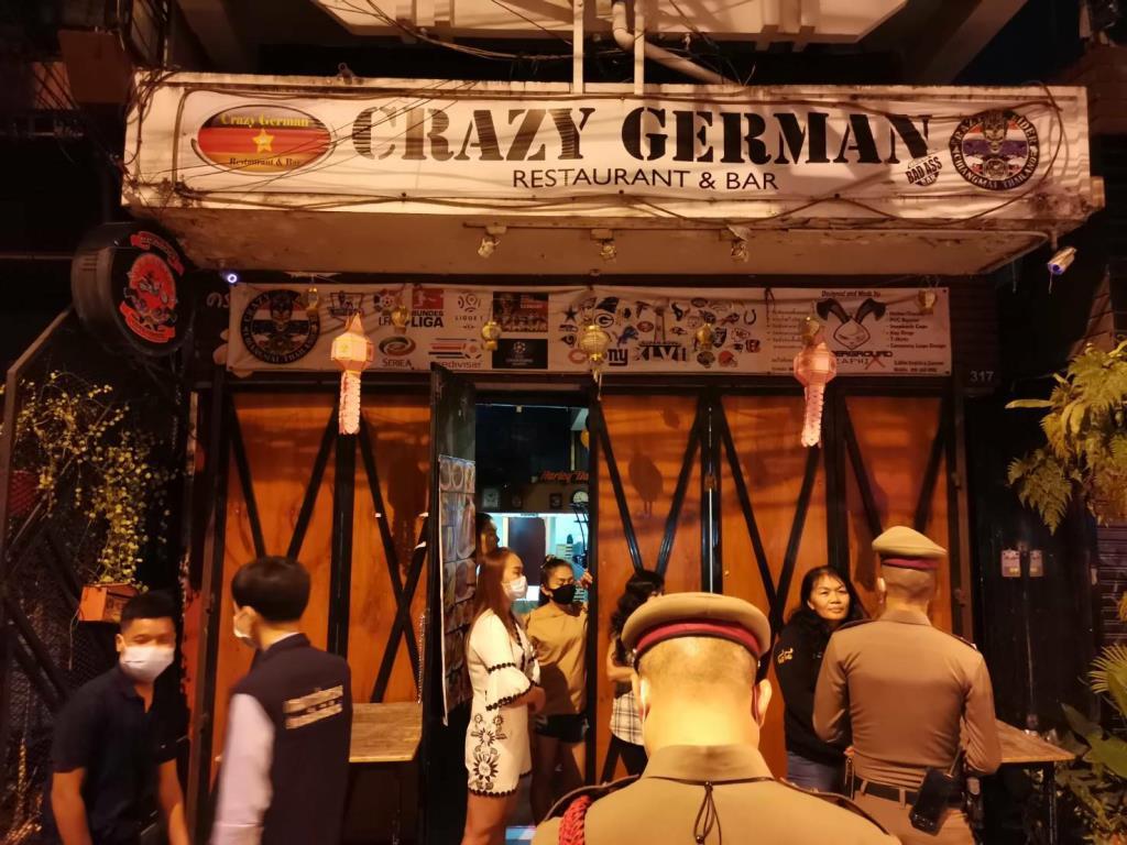 """เชียงใหม่สุ่มตรวจจับบาร์เบียร์""""เครซี่ เยอรมัน""""แอบเปิดให้ลูกค้านั่งซดเต็มร้านฝ่าฝืนคำสั่งป้องกันโควิด-19"""