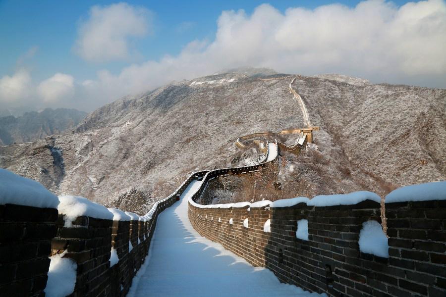 """""""กำแพงเมืองจีน"""" ยามหิมะปกคลุมขาวโพลน ภาพงามโรแมนติกแห่งสิ่งมหัศจรรย์ของโลก"""
