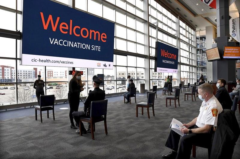 (ภาพถ่ายเมื่อ 15 ม.ค. 2021) ผู้ปฏิบัติงานด้านรับมือเหตุฉุกเฉิน เข้ารับการฉีดวัคซีนป้องกันโควิดของบริษัท โมเดอร์นา ที่คลับเฮาส์ของสนามกีฬายีลเลตต์ สเตเดียม ในเมืองฟอกซ์โบโร รัฐแมสซาชูเซตส์ สหรัฐอเมริกา