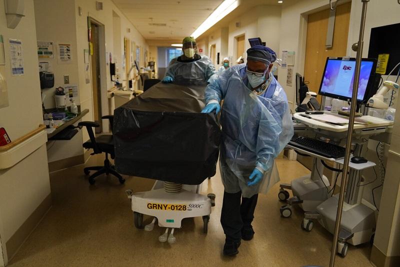 (ภาพถ่ายเมื่อ 9 ม.ค. 2021) พนักงานเข็นเตียงวางร่างคนไข้โควิด-19 ที่เสียชีวิต ณ โรงพยาบาลศูนย์การแพทย์โพรวิเดนซ์ โฮลี คลอส ในเมืองลองแองเจลิส รัฐแคลิฟอร์เนีย สหรัฐอเมริกา