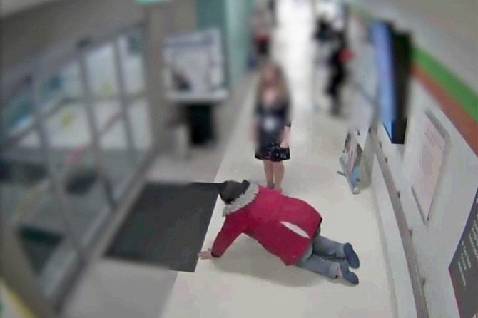 ภาพช็อก!คนไข้ในแคนาดาต้องคลานออกจากโรงพยาบาล หมอปฏิเสธรักษาหาว่า'แกล้งป่วย'(ชมคลิป)