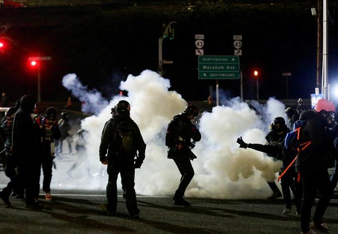 คงไม่สงบ!ผู้ประท้วงต้านพิธีสาบานตน'ไบเดน'อาละวาดทำลายอาคาร,ปะทะตำรวจใน2เมือง(ชมคลิป)
