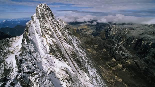ภูเขาปันจักจายา แห่งอินโดนีเซีย มีหิมะปกคลุมตลอดปีแม้อยู่บริเวณเส้นศูนย์สูตร (ภาพ: https://geography.name/)