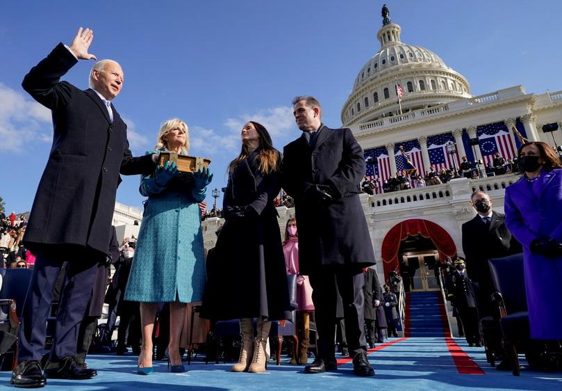 โจ ไบเดน กล่าวคำสาบานตนเข้ารับตำแหน่งประธานาธิบดีคนที่ 46 ของสหรัฐอเมริกาต่อหน้า จอห์น โรเบิร์ตส ประธานศาลสูงสุดสหรัฐฯ โดยมีสุภาพสตรีหมายเลขหนึ่ง จิลล์ ไบเดน ถือพระคัมภีร์ไบเบิล ที่อาคารรัฐสภาในกรุงวอชิงตัน ดี.ซี. เมื่อวันที่ 20 ม.ค.