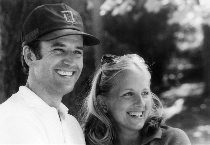 """โจและจิลคู่รักแสนหวาน ในเดทครั้งแรกโจพาจิลไปชมภาพยนตร์เรื่อง A Man and A Woman พาไปส่งบ้าน กล่าวลาพร้อมกับเช็คแฮนด์ จิลประทับใจมากและเล่าให้คุณแม่ฟังว่า """"ในที่สุดลูกก็ได้พบกับสุภาพบุรุษแล้วค่ะ"""""""