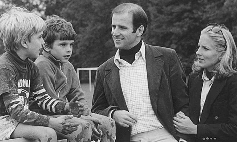 """โจและจิลไปมาหาสู่กันนานกว่าสองปี สองลูกชายก็เฝ้าถามว่า """"เมื่อไหร่เราจะแต่งงานใหม่ฮะพ่อ"""" น้องโบนั่งทางซ้ายสุดกับน้องฮันเตอร์ที่นั่งติดกัน"""