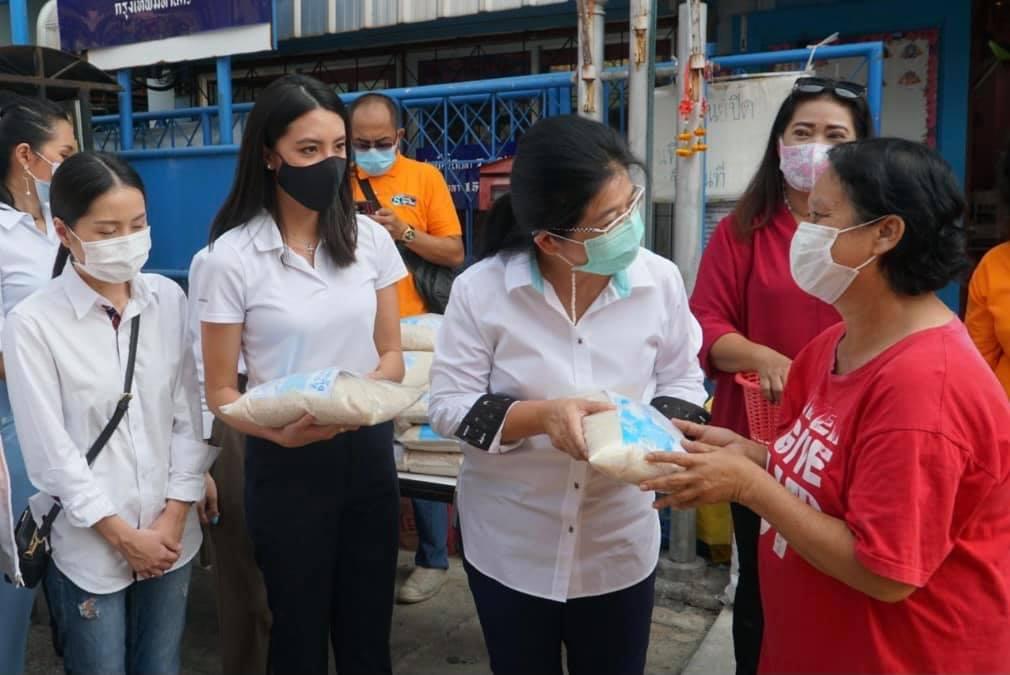 """""""เจ๊หน่อย"""" ควง """"ลูกชูวิทย์"""" นำกลุ่มสร้างไทย ลุยชุมชนลาดพร้าว วางแนวทางดูแลคนตัวเล็ก"""
