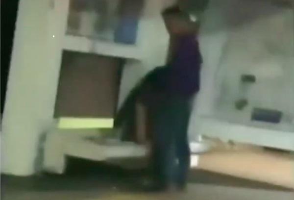 หื่นไม่สนโลก! รวบหนุ่มสาวอินโดฯ ทำออรัลเซ็กซ์ที่ป้ายรถเมล์(ชมคลิป)
